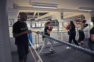 Les cours avec opposition légère vous permettent d'apprendre à attaquer et défendre dans des condition similaires d'un combat de boxe. Appuyer les coups est interdit au Battling Club Bordeaux